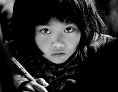 满渴望的大眼睛小女孩