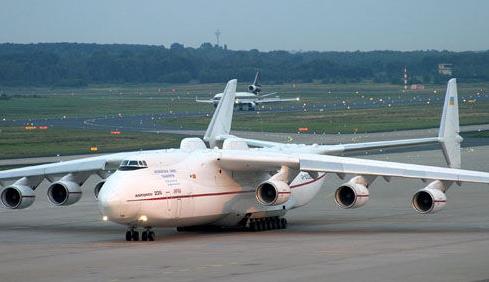 上午7时30分世界最大飞机安-225携带139吨运往日本的