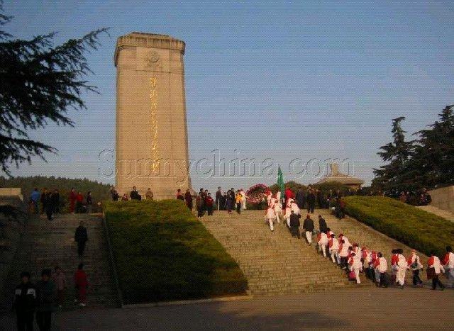 巍然矗立在徐州南郊凤凰山下的淮海战役烈士纪念塔