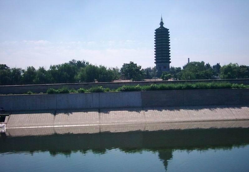 燃灯塔高高耸立在白河今北运河)西畔