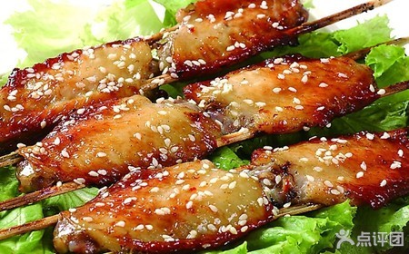 鸡翅洗净后在中间划两刀,然后用适量盐,生粉,砂糖,料酒,生抽,烧烤汁