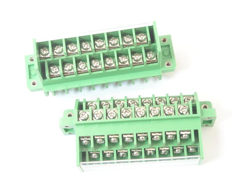 穿墙式接线端子排, 它由前端板 (1)后端板 (2)和多片接线端子块 (3)组成,在前端板 (1)及每片接线端子块 (3)的正面设置有凸出的L型挂钩(A), 在后端板( 2)及每片接线端子块 (3)的背面设置有与挂钩对应的连接孔(H), 在连接孔(H)的一侧孔壁上,设置有与挂钩(A)相配合的挂台(B),前端板或前一片接线端子块的挂钩(A)可以扣在后一片接线端子块或后端板的挂台(B)上,采用这种互扣的方式可以不限数量的对接线端子块(3)进行任意长度的组合拼装,以使穿墙式接线端子排可以灵活的实现任意长度,方便