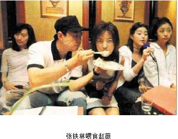 一组早年张铁林喂食赵薇范冰冰的照片被曝光,从照片上的打扮来看,应该