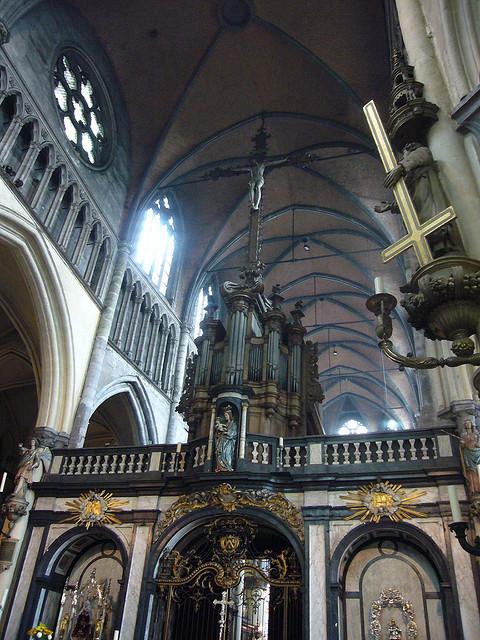 与天主教宫廷教堂不同,同时代新教路德会的德累斯顿圣母教堂是由市民