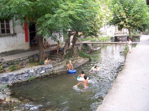 姜家镇浮林村距镇政府驻地16公里,曾经是一个交通不便的偏僻村,2007年