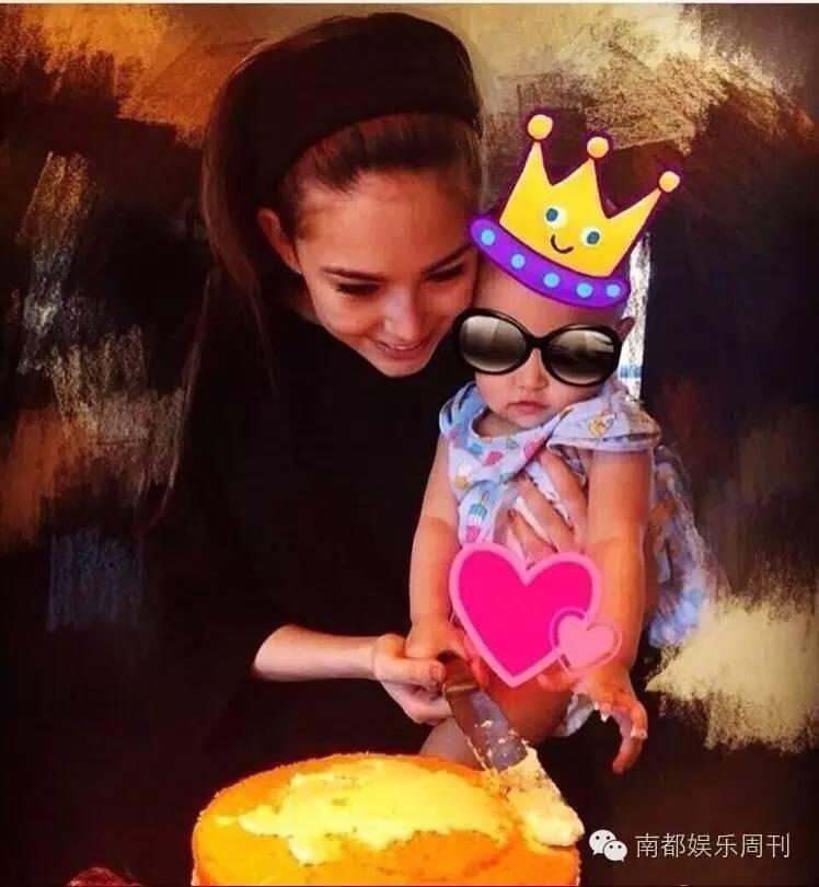 周杰伦为周岁女儿庆生小周周正面亮相,粉丝举灯牌提醒周董:该减肥了