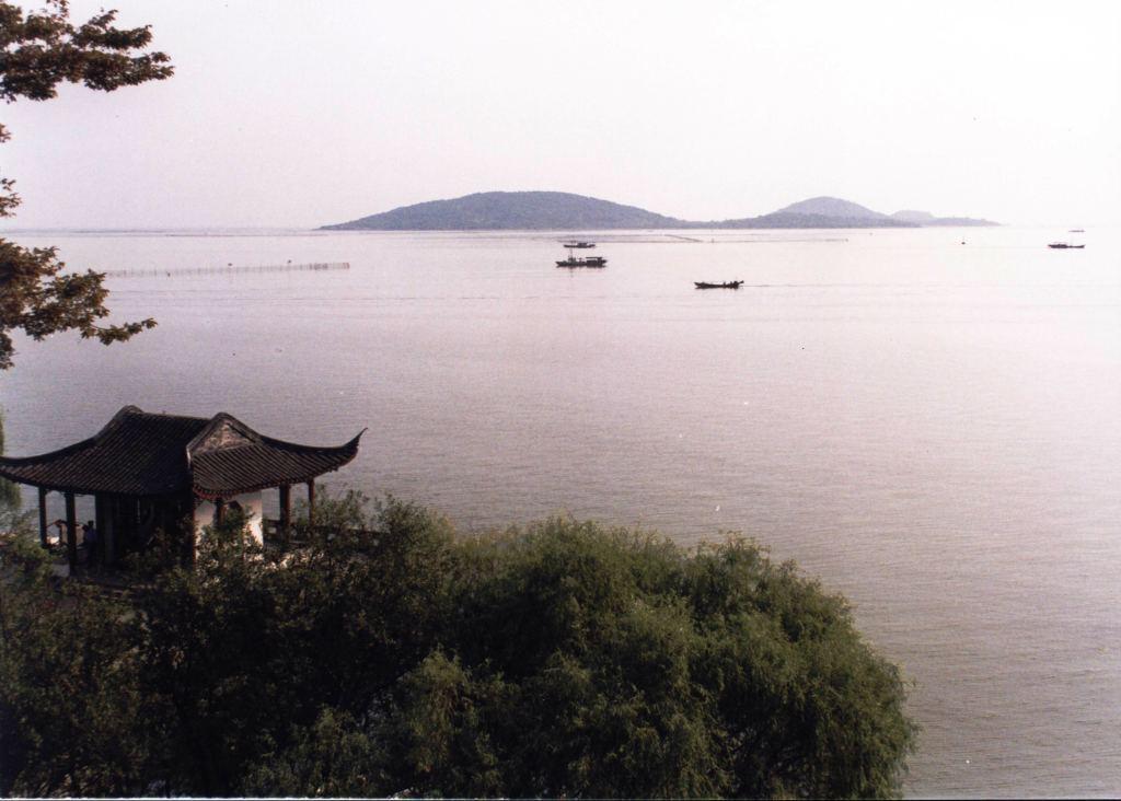 临近太湖的苏州镇湖北,西,南三面环水,形成了一个斜伸进太湖水面的