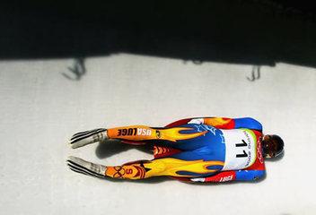 起源于瑞士阿尔卑斯山地,是乘木制或金属制的双橇滑板在专用的冰雪